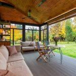 Terrasse en bois donnant sur un jardin verdoyant