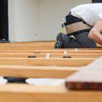 Ouvrier construisant une terrasse